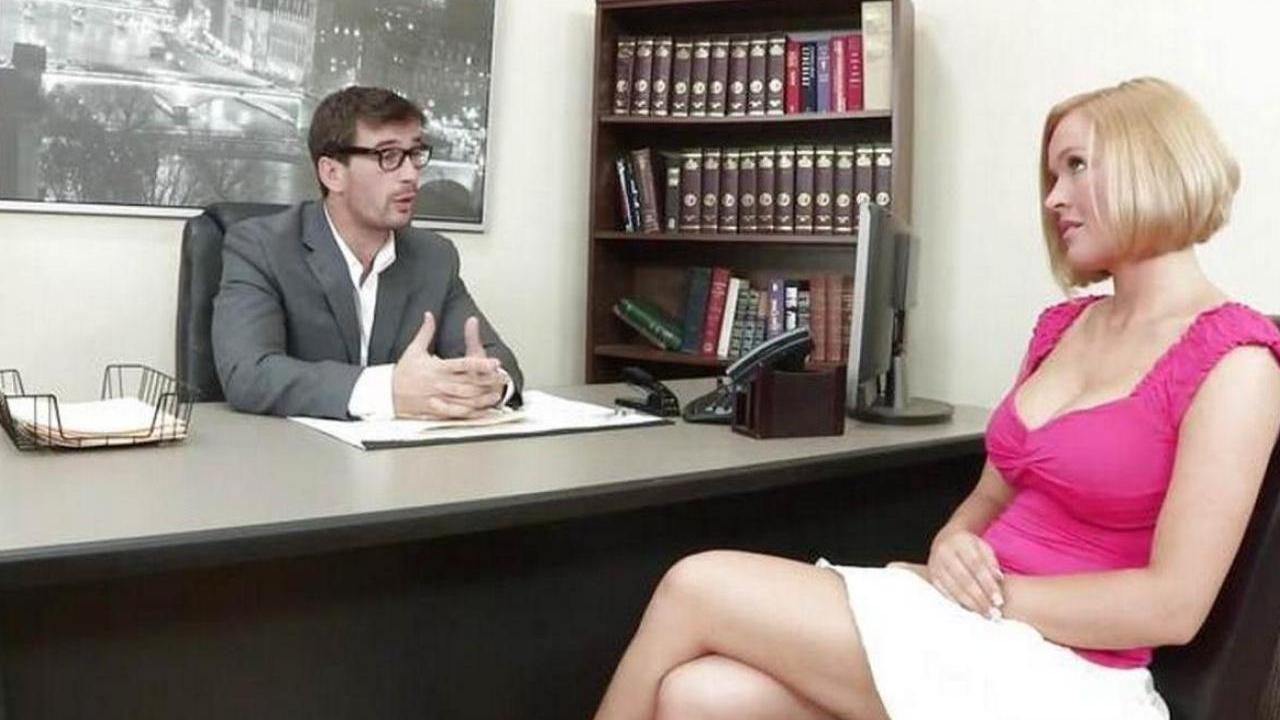 Красотка с большими сиськами решила трахнуться с боссом в офисе