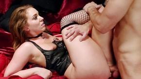 Порно с брюнеткой в сеточке и на шпильках
