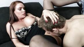 Секс на работе с брюнеткой